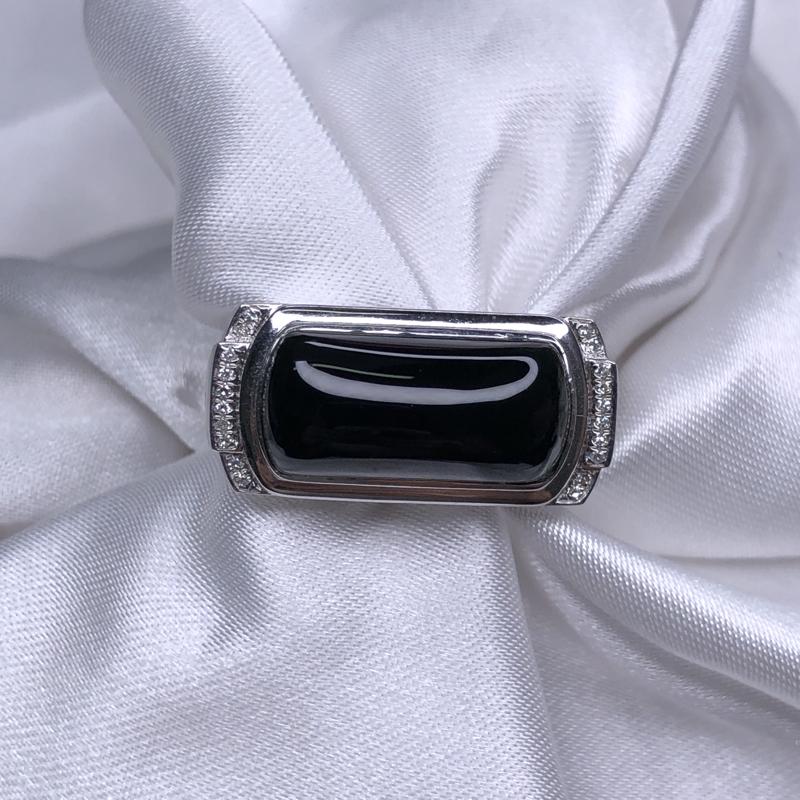 18k金镶嵌高冰墨翠马鞍男戒指,厚装饱满,黑亮油性足,通体透绿水润,色阳均匀细腻,奢华大气简约。整体