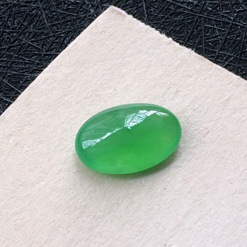 翡翠冰种满绿蛋面戒面,水头足,种老颜色漂亮,镶嵌后更好看。