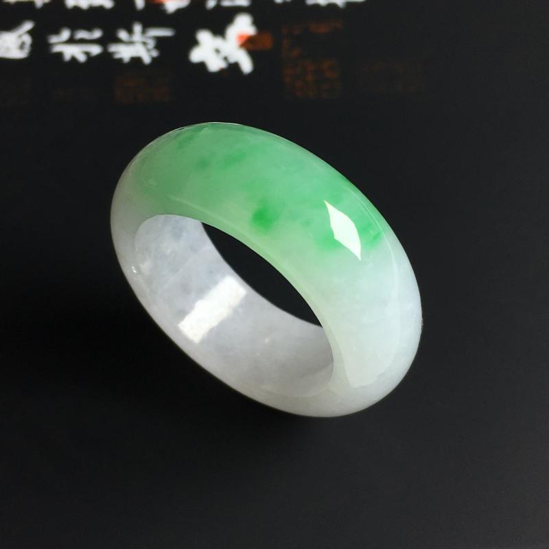 细糯种飘绿指环 内径19.5 宽9 厚4毫米 水润细腻 色彩亮丽