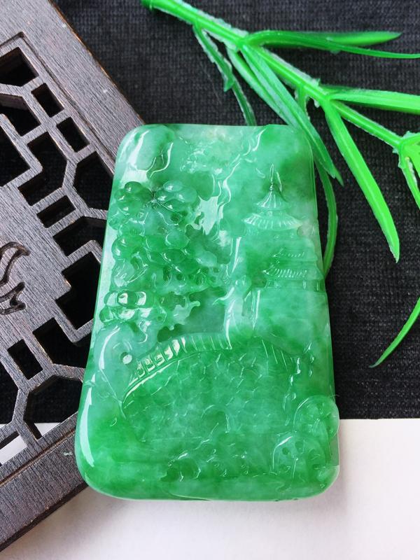 翡翠双面精雕满绿立体山水玉坠,种水足质地细腻,色泽鲜艳颇有韵味,纯手工雕刻,上身高雅,有修饰雕,规格