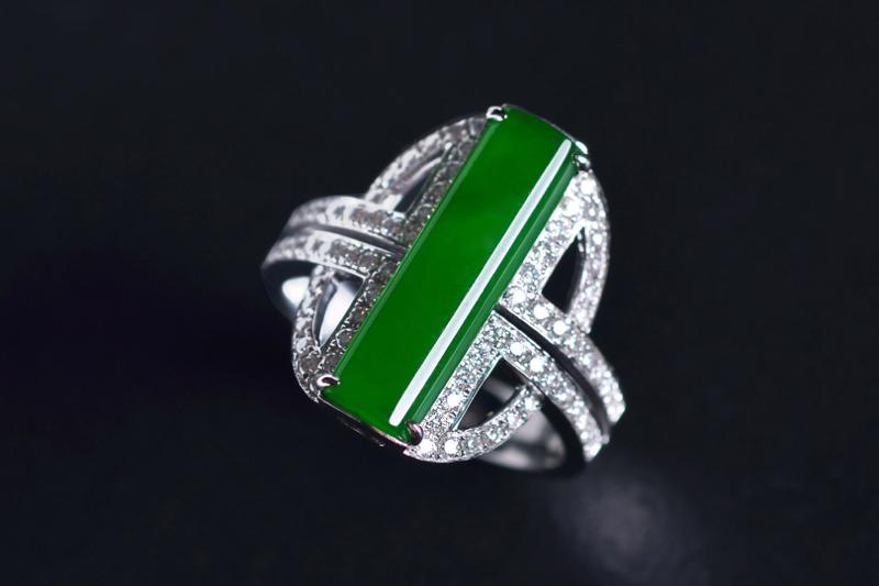 G18K翠色翡翠戒指,新颖的设计很独特 戒面色匀 饱满,佩戴时尚吸睛,大气。整体尺寸:19.3-13
