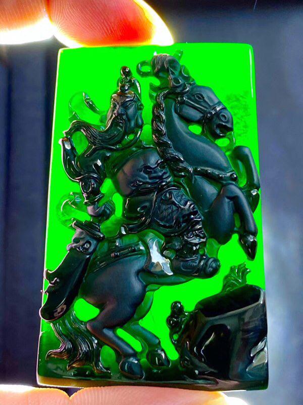 墨翠【骑马关公、威风凛凛】无裂纹,细腻干净,黑度极黑,性价比高,雕工精湛,打灯透绿