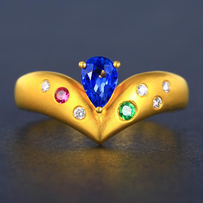 蓝宝石戒指,材质:18k金,配石:红宝石、沙弗莱、钻石,宝石参数:0.65ct,配石:7颗,总重2.