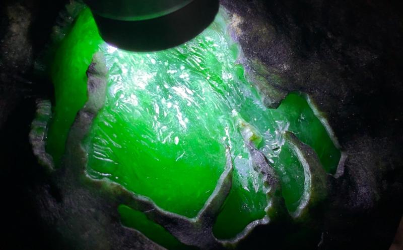 #免费切石解石加工手镯#【名称】1.8公斤莫湾基开窗带雪花棉色料。 【重量】1.8公斤【尺寸】 13
