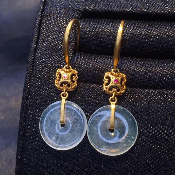 翡翠a货,冰种雪花棉平安扣耳环,18k金镶嵌,雕工精细,佩戴精美