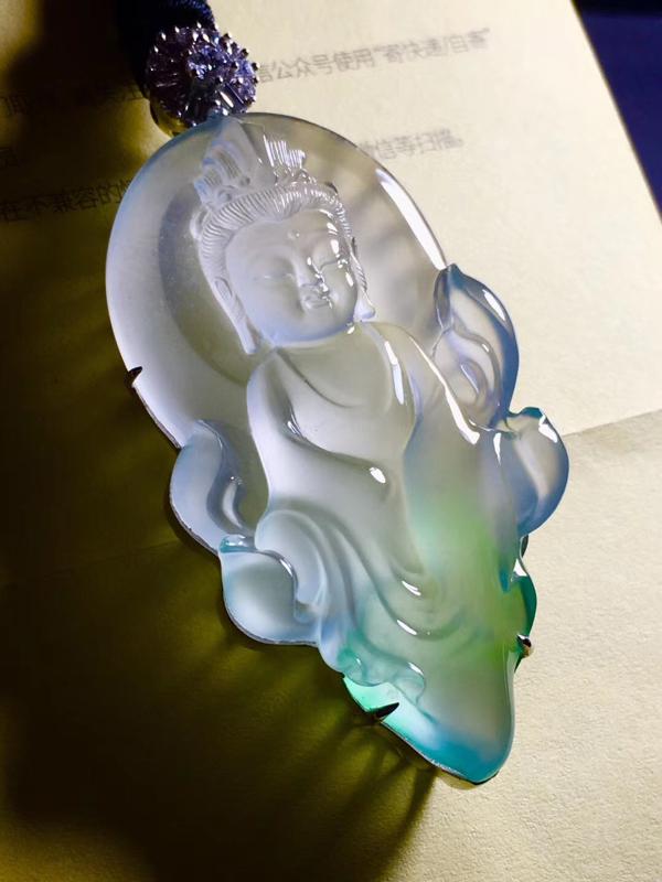玻璃种飘绿花水月观音,种老起刚,底子细腻,色泽甜绿,雕工精湛,