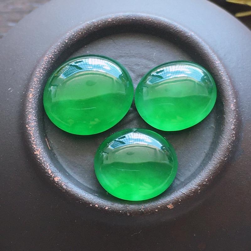 揭阳戒面,自然光实拍,缅甸a货翡翠,冰种辣绿戒面3个,种好通透,水润玉质细腻,雕刻精细,饱满品相佳,