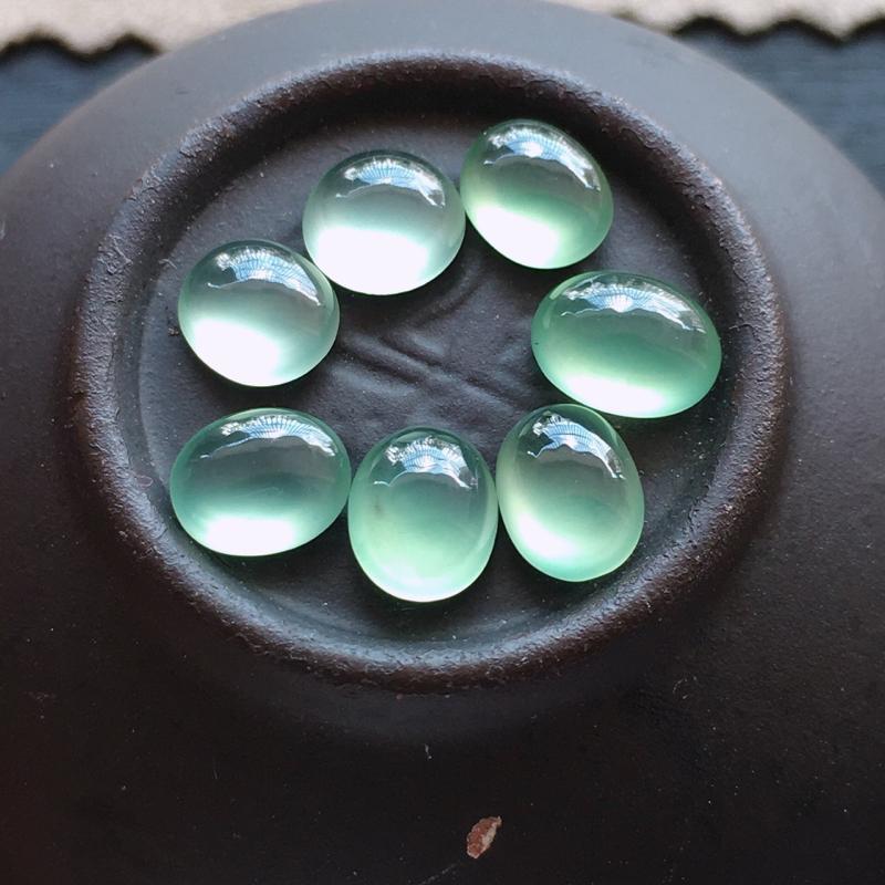 晴绿蛋面,自然光实拍,缅甸a货翡翠,冰种晴绿蛋面7个,种好通透,起荧光,晶莹剔透,底色清雅,精致迷人