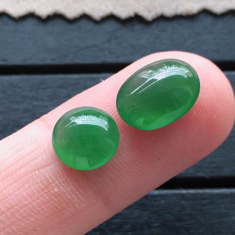 满绿蛋面,自然光实拍,缅甸a货翡翠,绿蛋面一对,种水好,颜色艳丽,玉质莹润,形体饱满,镶嵌效果超赞,