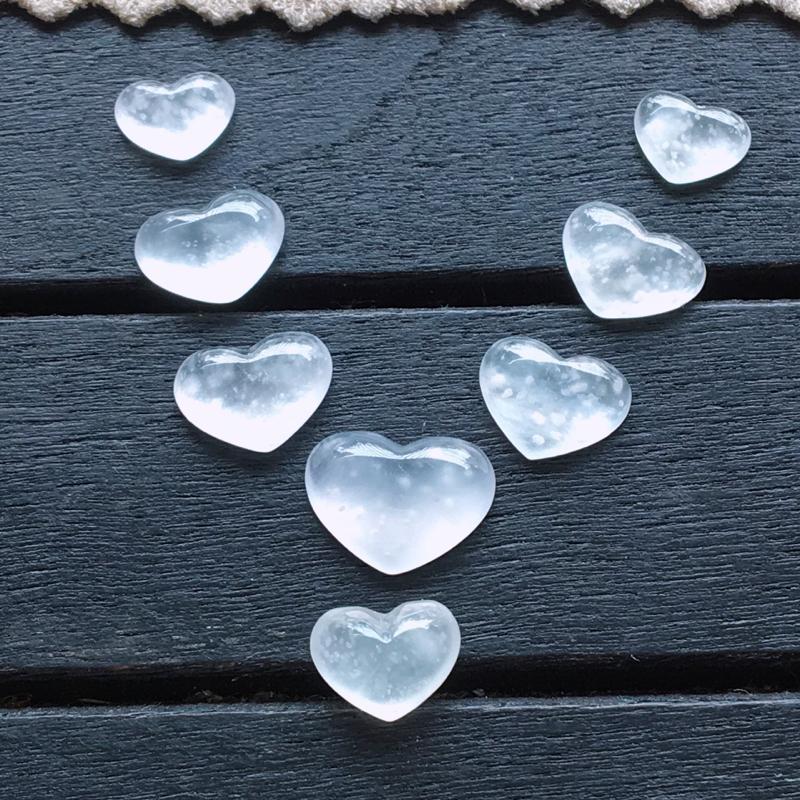 木那心形,自然光实拍,缅甸a货翡翠,冰种木那爱心戒面8个,种好通透,起荧光,精致迷人,镶嵌美美哒,大