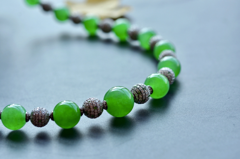 G18K翠色翡翠圆珠项链,翡翠圆珠种色俱佳,镶嵌工艺精湛,品质上乘。翡翠圆珠17颗 G18K金珠25