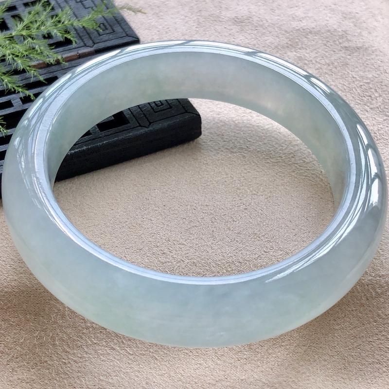 圈口56.5mm晴水冰润正圈翡翠手镯,玉质细腻,水润灵动,种水均匀,通透冰润,视觉素雅柔美,上手恰到好处的美,温婉动人,条形优美,大方得体,尺寸56.5*13.4*9mm,重量69.72g。