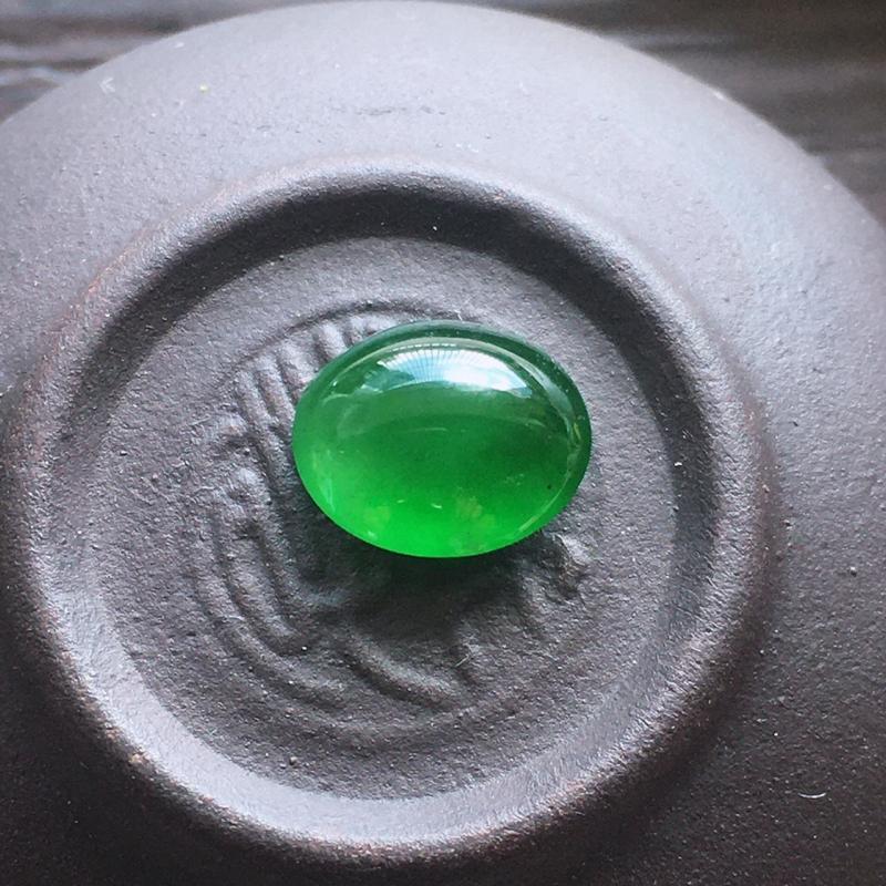 辣绿戒面,自然光实拍,缅甸a货翡翠,冰种辣绿戒面,种好通透,水润玉质细腻,雕刻精细,饱满品相佳,需镶