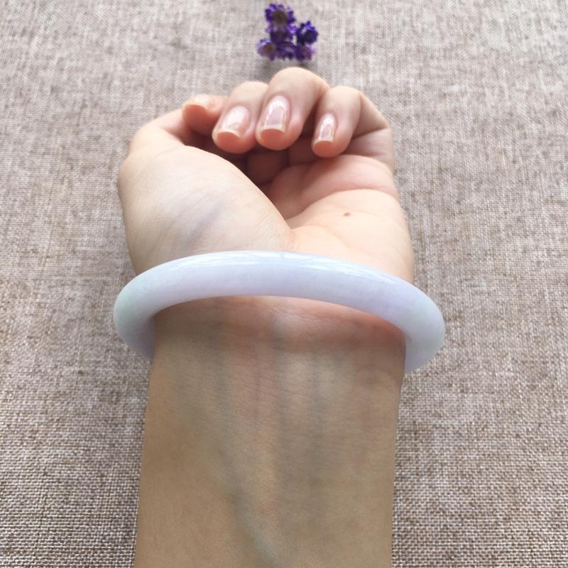 紫底色圆条 尺寸:55.5*8.7*8.8 玉质细腻温润底色淡雅清新 佩戴清秀唯美