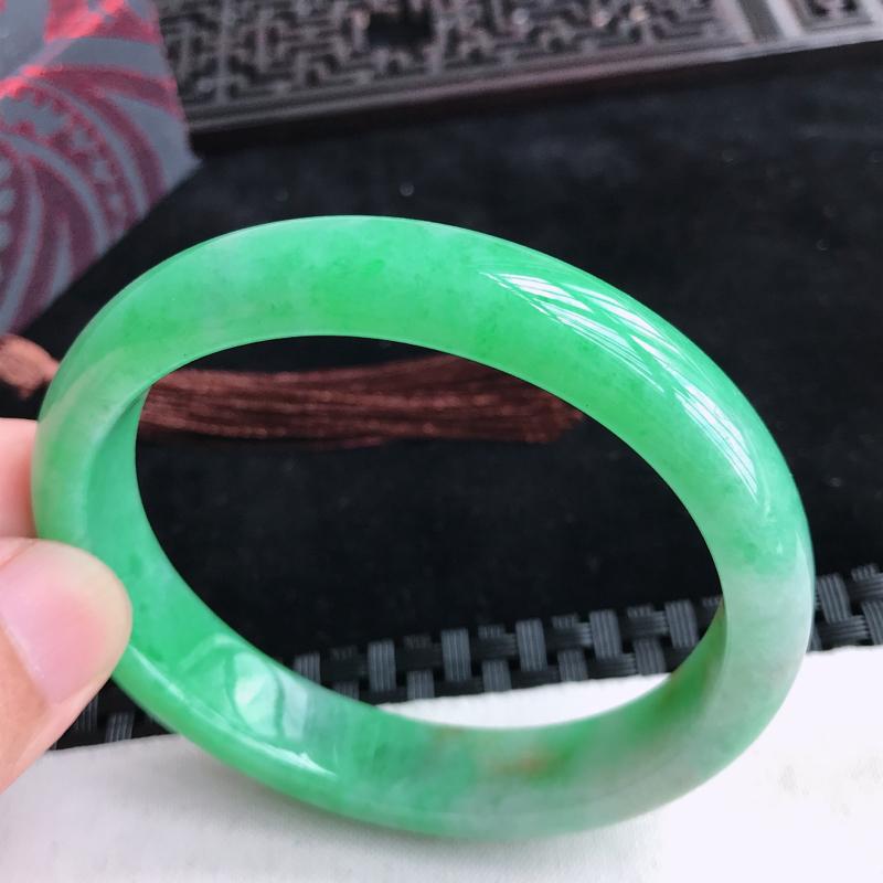 贵妃58.2圈口,满绿飘黄翡翡翠手镯,有种水玉质细腻,色泽鲜艳,佩戴优雅大方,尺寸:58.2*50.