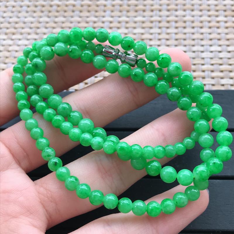 0917,老坑飘阳绿项链,尺寸 : 5mm,水足丰盈,清新透彻,雕工足够雅致脱俗,佩戴效果迷人。