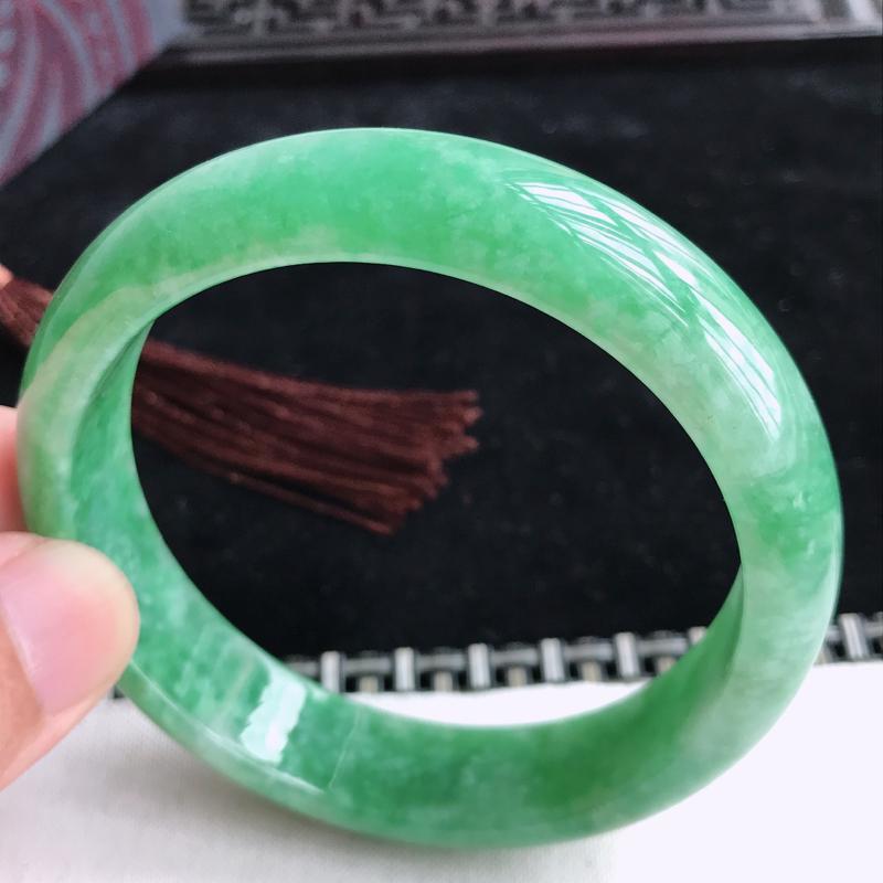 正圈57圈口,满绿翡翠手镯,有种水玉质细腻,色泽鲜艳,佩戴优雅大方,尺寸:57*14*7.5mm