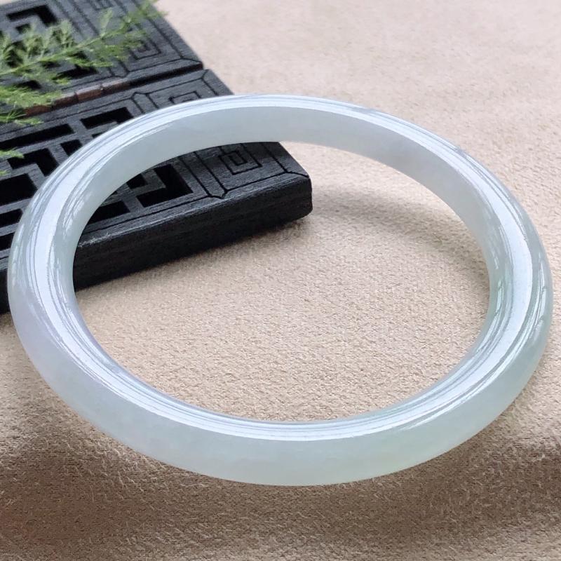 圈口50.8mm飘绿圆条小圈口翡翠手镯,玉质细腻,水润灵动,种水均匀,视觉素雅柔美,上手恰到好处的