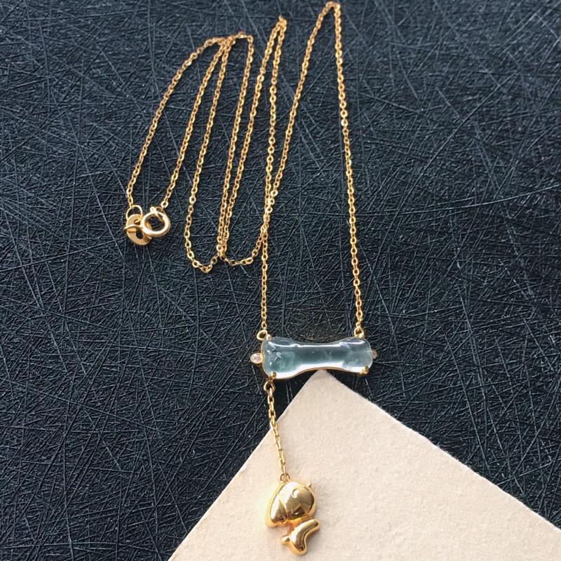 18K金镶翡翠高冰小骨项链,种水好玉质细腻温润,种老通透水灵。项链周长:41.6cm