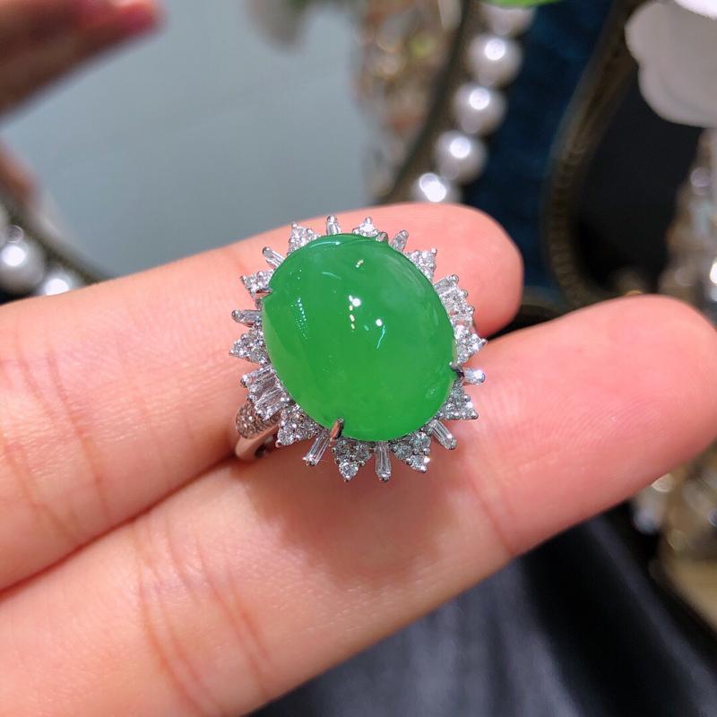 飘绿翡翠戒指 雕工精细 颜色鲜艳 整体:16*18.3*11.3 裸石:11.3*13.6*6.3