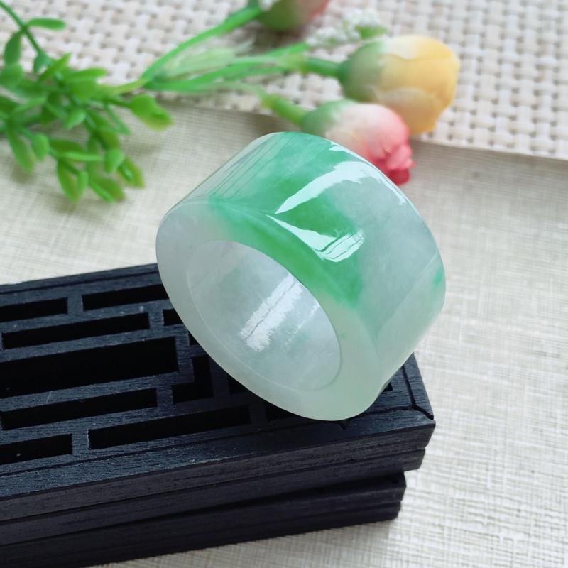 天然A货翡翠【自然光拍摄】莹润素面飘绿板指,圈口22.3mm,版型大方,质地细腻,佩戴效果简洁大方,