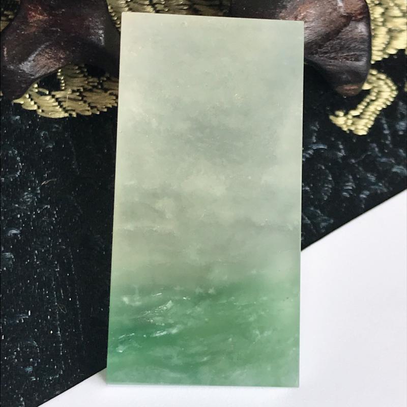 缅甸翡翠老坑A货飘绿无事牌戒面可镶嵌,尺寸33.5-16.6-4.3mm,绿意荡漾,犹如一片湖水荡漾