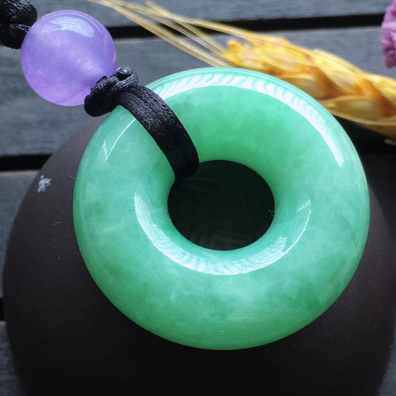 满绿挂件,自然光实拍,缅甸a货翡翠,豆绿平安扣,玉质细腻,雕刻精细,饱满品相佳,有孔可直接佩戴,顶珠
