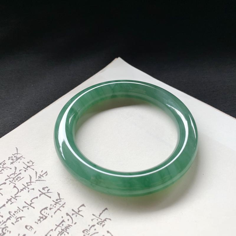 尺寸55.2*10.3*10.1 糯种飘绿圆条手镯,水润细腻,底庄干净清爽,色泽鲜艳动人心弦,值得拥