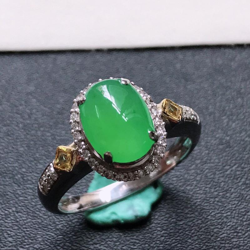 天然翡翠A货。冰糯种满绿蛋面戒指,戒圈:17.4。18K金镶嵌伴钻。水润通透,色泽鲜艳。镶金尺寸:1