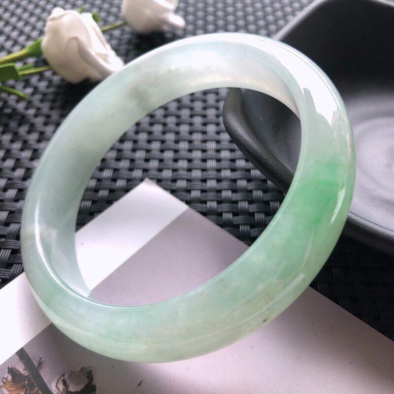 圈口:58.4mm 天然翡翠A货糯化种飘绿正装手镯,尺寸58.4×13.9×7.9玉质细腻,种水好,