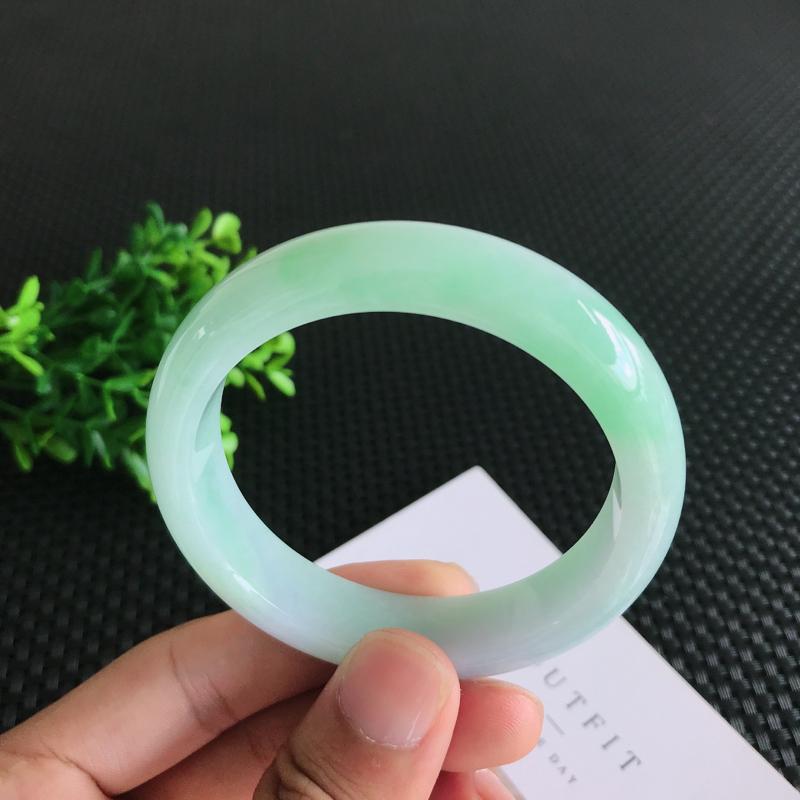 圈口:57.4mm天然翡翠A货糯种飘绿正装手镯,尺寸57.4*13.9*7.9mm 玉质细腻,种水好