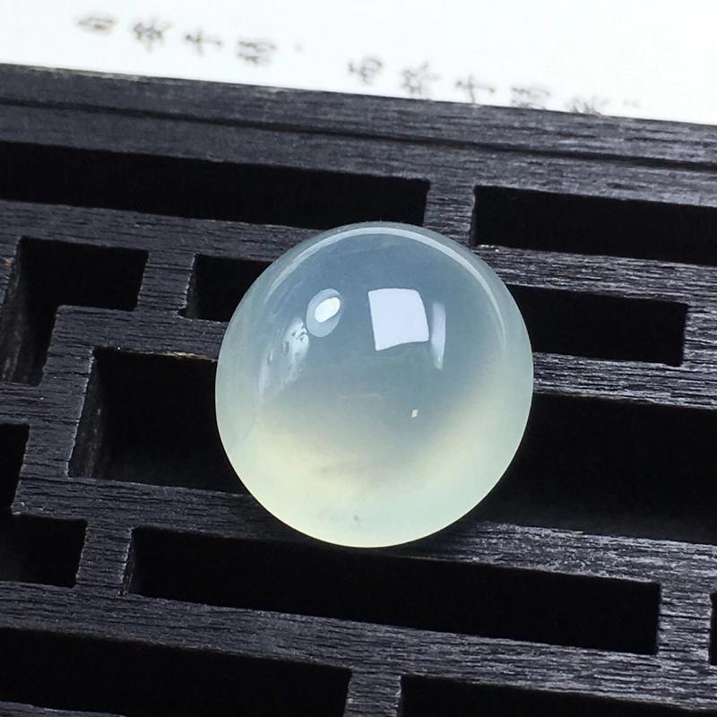 冰种蛋面裸石,饱满圆润,底子细腻,种老水足,干净起光,没有纹裂,可镶嵌成戒指。尺寸:13.6-7.