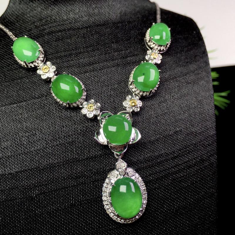 冰阳绿项链,种色俱佳,精美时尚,裸石:9.5*7.2*3 整体:59.7*16*7.7(18k金配