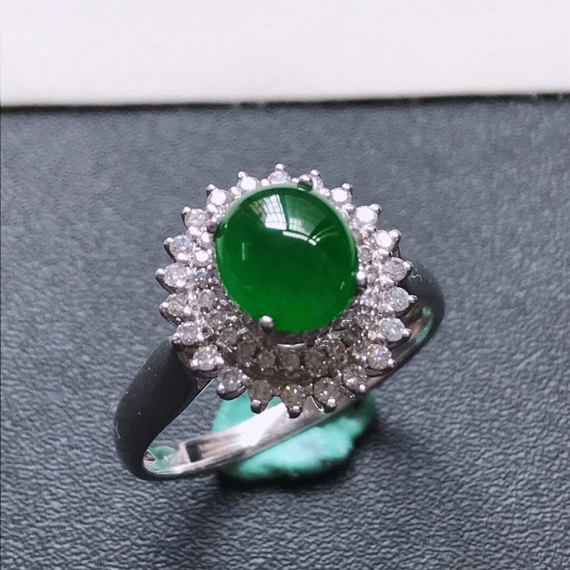 天然翡翠A货。冰糯种满阳绿蛋面戒指,戒圈:17.8。18K金镶嵌伴钻。水润通透,色泽鲜艳。镶金尺寸: