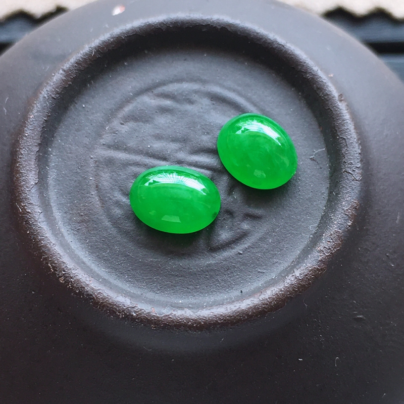 阳绿蛋面,自然光实拍,缅甸a货翡翠,阳绿小蛋面一对,种水好,玉质细腻,颜色艳丽,精致饱满,镶嵌佳品