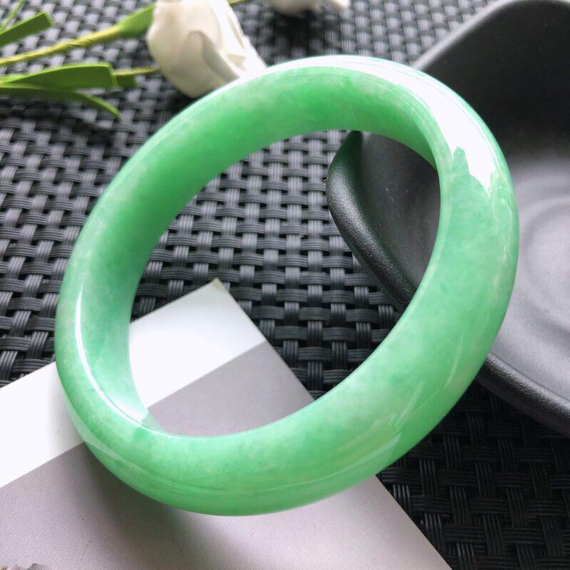 圈口:54.8mm 天然翡翠A货糯种豆绿正装手镯,尺寸54.8×12.2×7.6玉质细腻,种水好,底