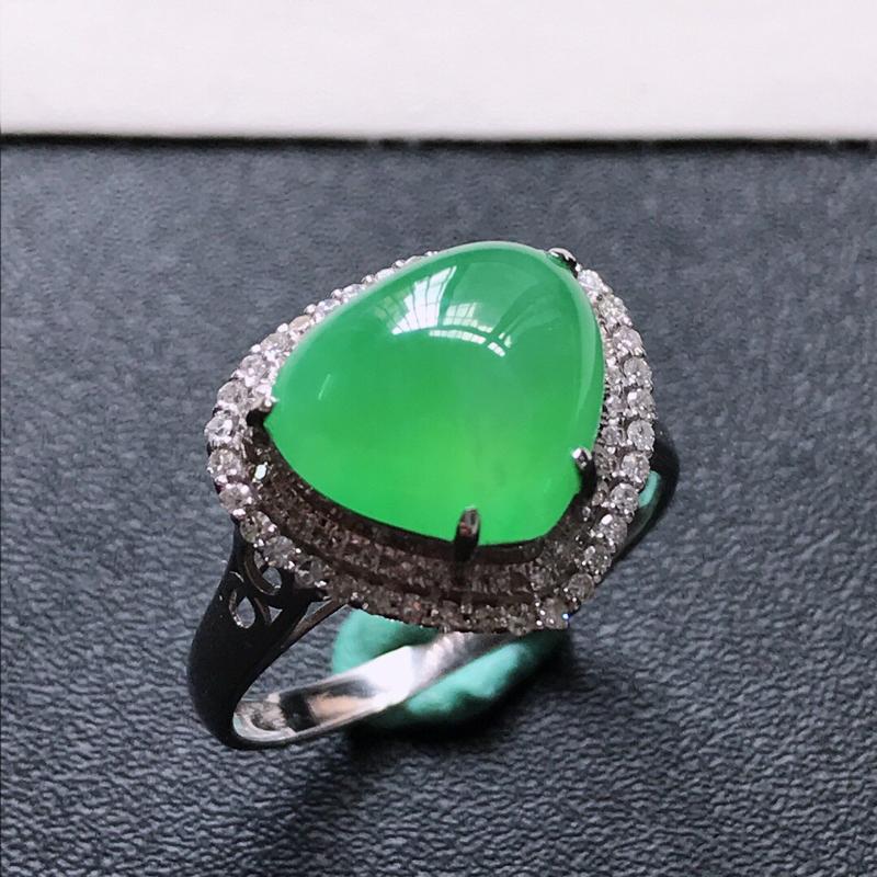 天然翡翠A货。冰糯种满绿心形戒指,戒圈:17.3。18K金镶嵌伴钻。水润通透,色泽鲜艳。镶金尺寸:1