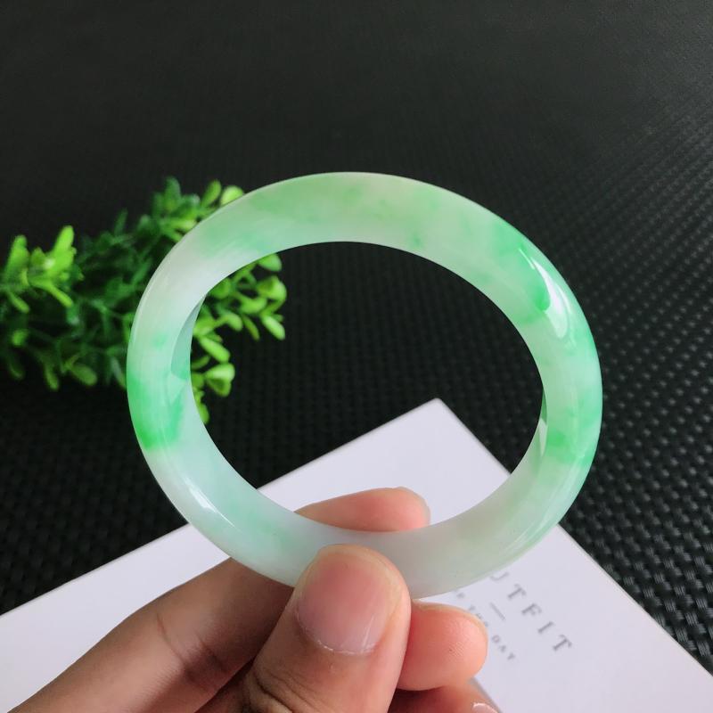 圈口:56.7mm天然翡翠A货糯种飘绿正装手镯,尺寸56.7*13.1*7.4mm 玉质细腻,种水好