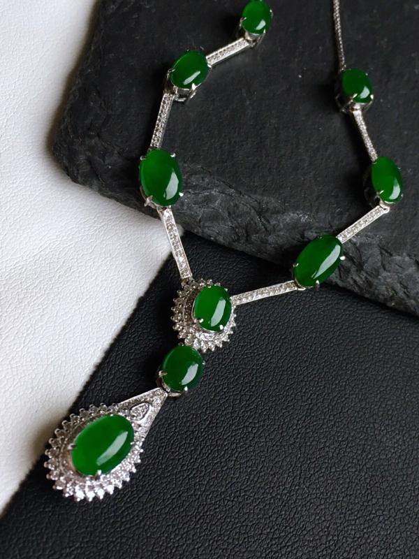 18k金镶钻,满绿蛋面锁骨链,佩戴效果更佳,整体尺寸10.2*84.3*7.8