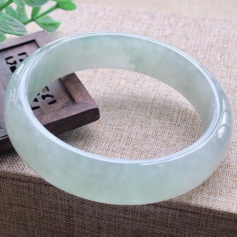 糯化种飘绿翡翠宽条手镯,圆润厚实,亮丽秀气,颜色好,品相好,上手佩戴效果知性优雅,尺寸57*14.