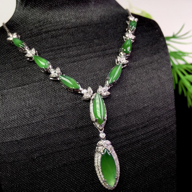 冰满绿马眼项链,冰透色艳,精美时尚,裸石:11.8*4.5*2 整体:70.7*13*5.5(18