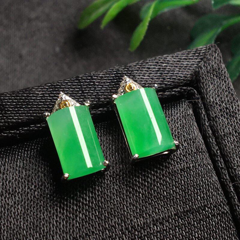 好漂亮的绿旦耳钉,色阳,水润,饱满,18k金伴钻镶嵌,尺寸11.7*6.3*5.3/裸石8.8*6.