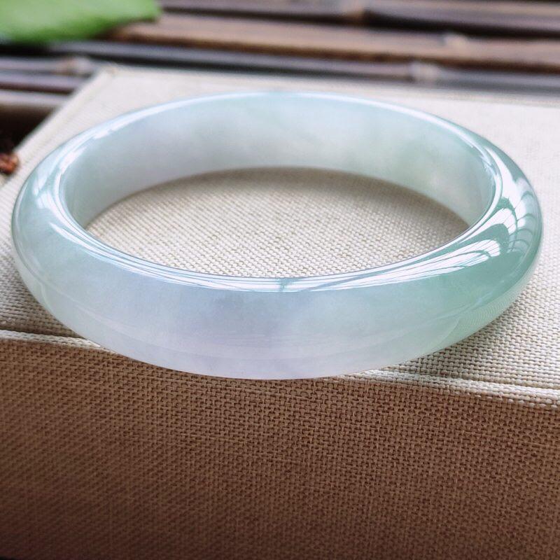 正圈55圈口,自然光实拍,缅甸老坑天然翡翠A货,水润飘紫平安镯。尺寸:55-12-7.4mm,重