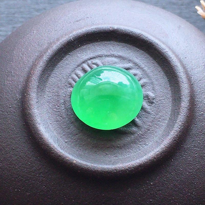 阳绿戒面,自然光实拍,缅甸a货翡翠,水润玉质细腻,雕刻精细,饱满品相佳,无孔需镶嵌。