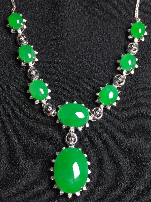 阳绿蛋面晚装项链,18k金钻石镶嵌,种水超好,玉质细腻