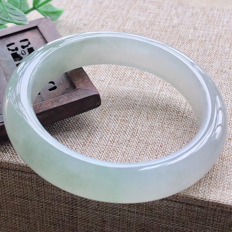 冰糯种飘绿翡翠宽条手镯,圆润厚实,亮丽秀气,颜色好,品相好,上手佩戴效果知性优雅,尺寸51.2