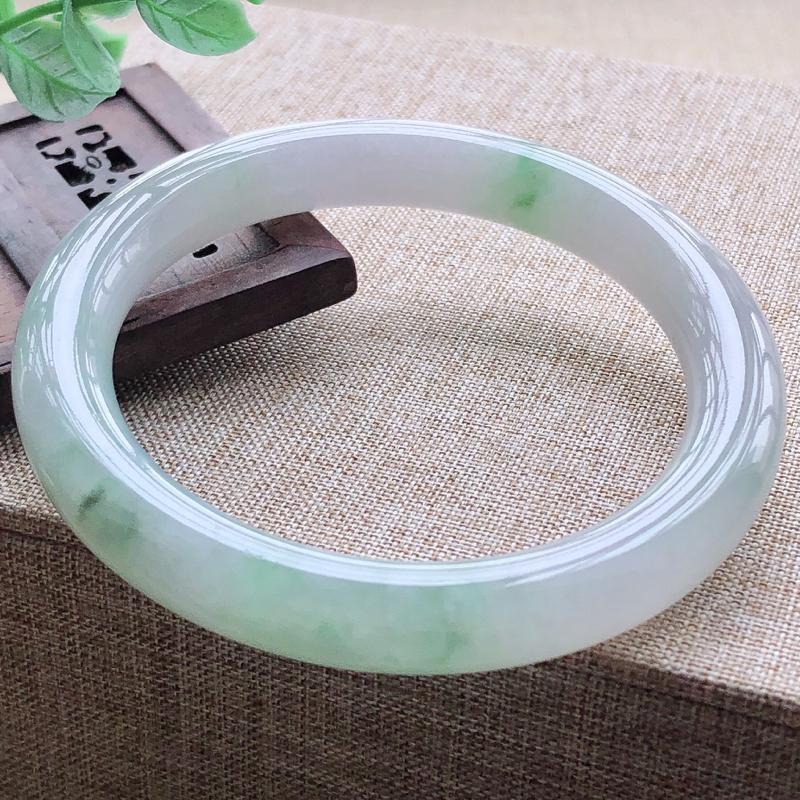 糯化种飘绿翡翠圆条手镯,圆润厚实,亮丽秀气,颜色好,品相好,上手佩戴效果知性优雅,尺寸55.8*9