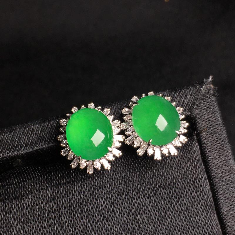 绿蛋面耳钉饱满水润,玉质细腻光滑,款式精美,18K金真钻,佩戴优雅高贵.含金尺寸:11.1*10.0