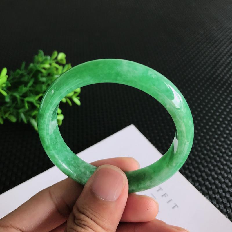 圈口:56.8mm天然翡翠A货糯种满绿正装手镯,尺寸56.8*12.4*6.9mm 玉质细腻,种水好