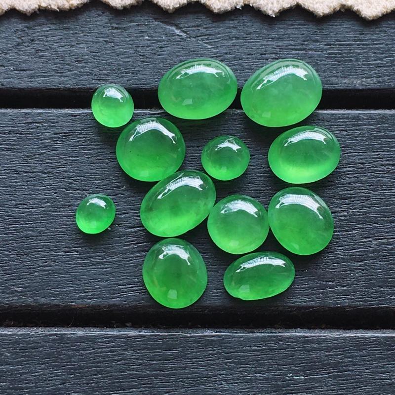 满绿蛋面,自然光实拍,缅甸a货翡翠,满绿蛋面12颗,种好通透,颜色艳丽,精致细腻,镶嵌佳品,大尺寸7